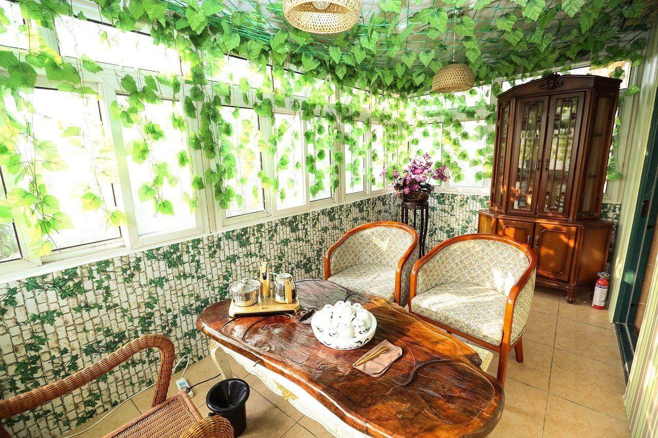 Ein wunderbar gestalteter Wintergarten mit tollen Gartenmöbeln