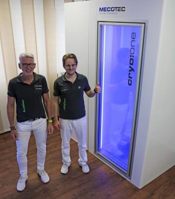 Dr. Alfred Spieker & Lukas Ehmann eröffnen mit KRYOFIT Achern die erste Kältekammer der Ortenau (© KRYOFIT Achern)