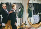 Eine Anprobe im KingsmanHouse: Maßschneider Jürgen Reschop bei der Arbeit | Bildrechte: KingsmanHouse