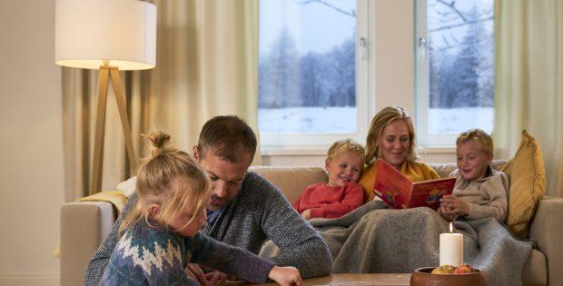 Familie im Zimmer