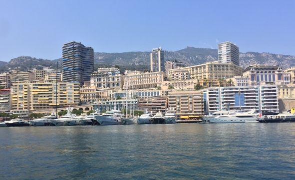 Monaco vom Boot im Hafen aus betrachtet